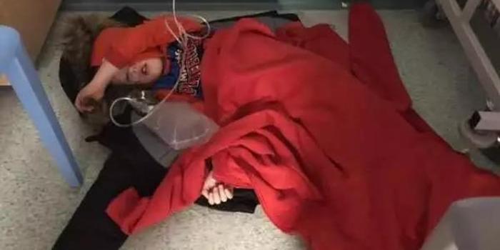 这张小男孩躺地上的照片 牵出英国举国关心的问题