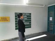 驻新西兰大使看望在火山喷发中受伤的中国公民
