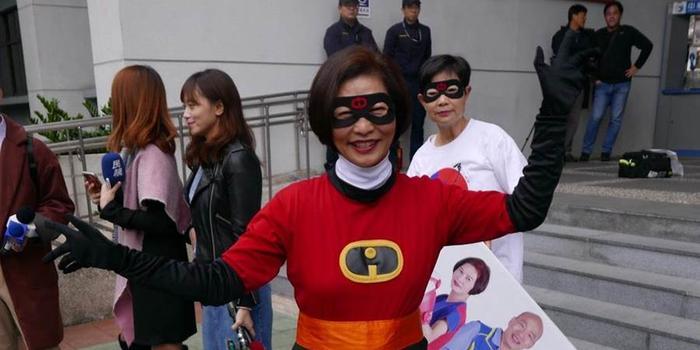 """台湾""""立委""""候选人cosplay 这个""""独派""""又脱衣"""
