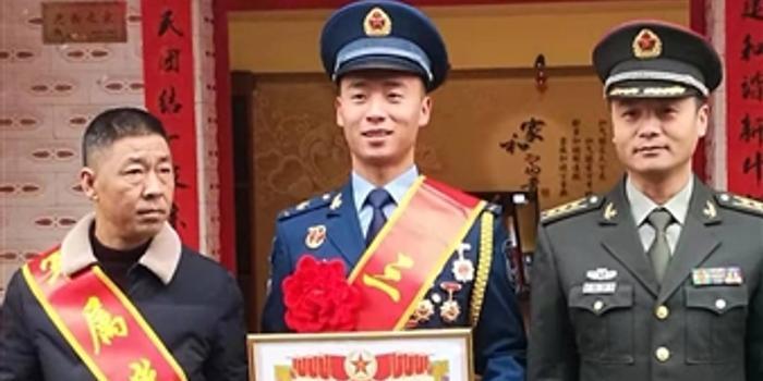 """喜報送到家 """"地震舉牌男孩""""程強榮立三等功"""