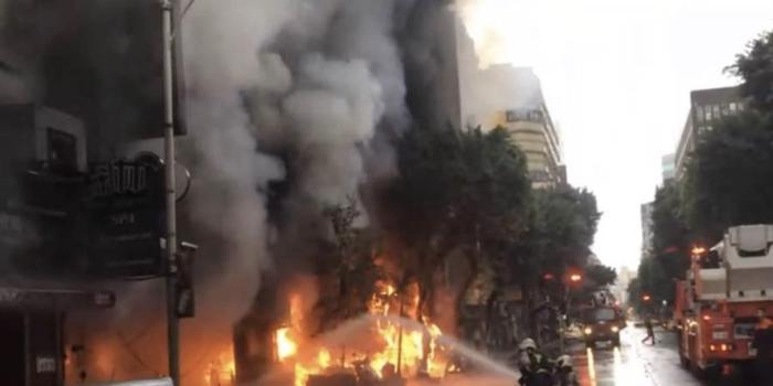 台北一栋大楼发生火灾 疑似有人丢汽油弹蓄意纵火