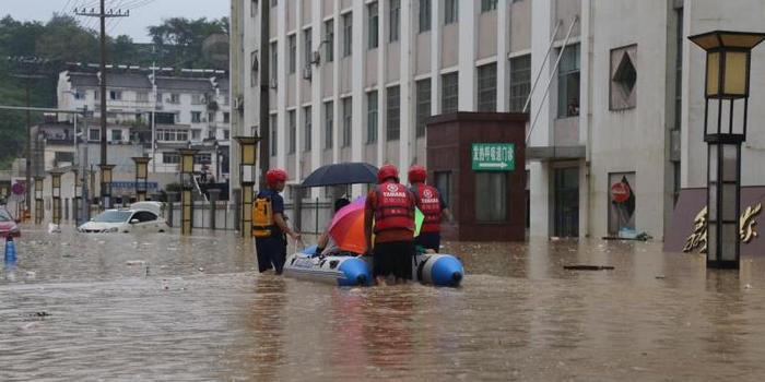 安徽歙县:群众就医遭洪水阻断道路 消防员开船接送(含视频)