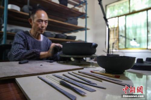 """匠人传承贵州清镇""""黑砂陶""""制作技艺"""