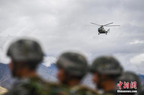 西藏军区某旅首次完成高原携装伞降训练