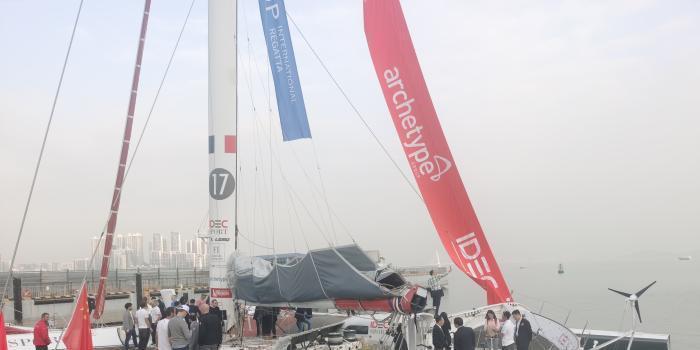 法国航海家茹瓦永驾超级三体帆船抵达深圳