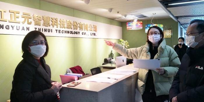 杭州复工首日:政府组一对一专班 企业一人一桌用餐