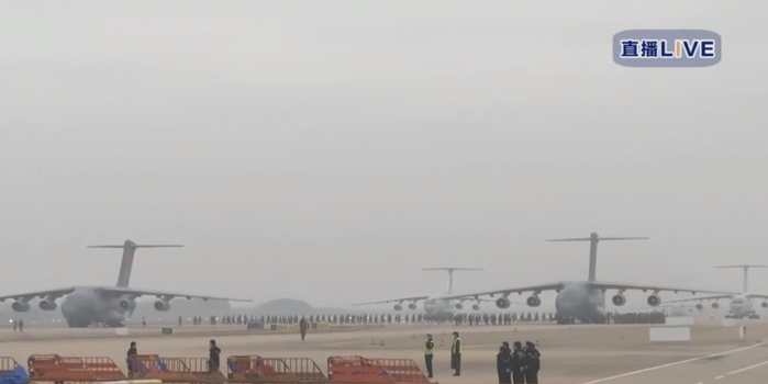 空军11架运输机携医疗队员、物资抵达武汉 含6架运20