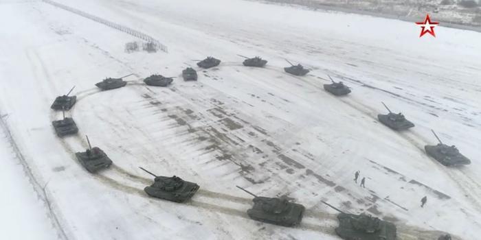 俄军官用16辆坦克摆心形求婚 女友当场答应(图)