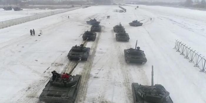 """战斗民族式浪漫:情人节俄军出动坦克""""比心""""求婚"""