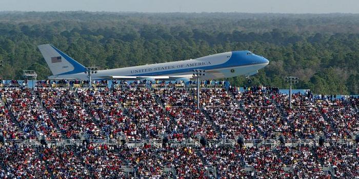 竞选团队想炫耀特朗普人气 发了张小布什乘机照片