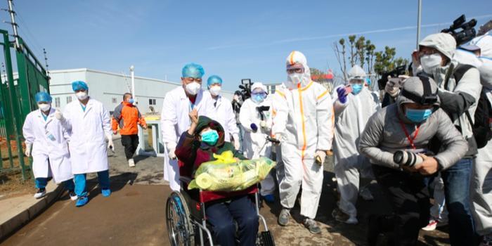 83歲!雷神山醫院首批患者出院了!