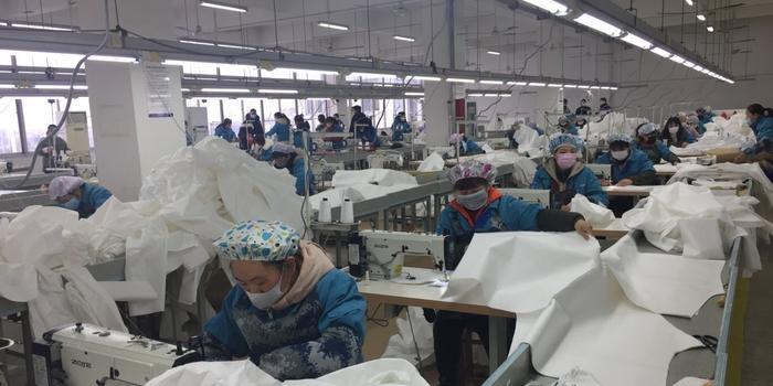 原解放军被服厂转产防疫物资 防护服产能已达全国1/3