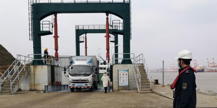 小洋山临时客运码头首条航线恢复 支持特斯拉等复工