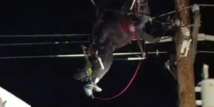 男子滑翔时被高压电线缠住 消防员切断电源施救