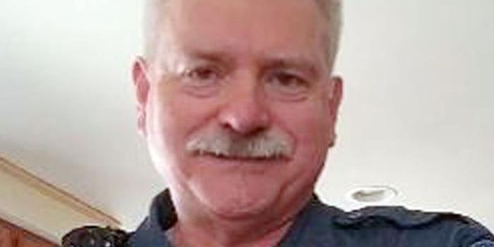 美警长失业后被要求立即还制服 穿衬衫暴雪中回家
