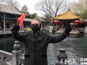 趵突泉重新开园 济南71岁老人挥舞国旗为祖国加油
