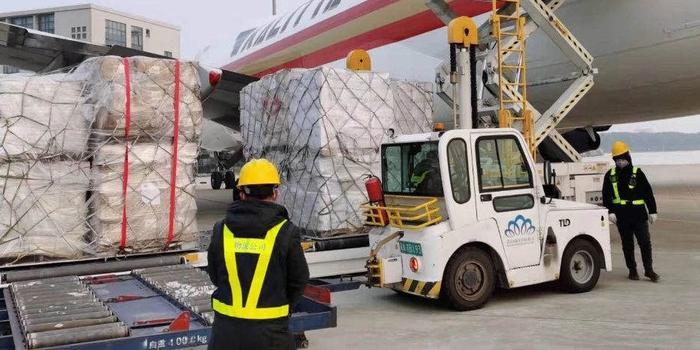 海外防疫物资包机运抵武汉 思源工程今起发放