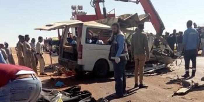 埃及南部一辆货车撞上一辆载客小巴 致13死7伤