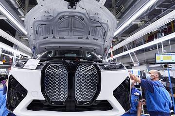 宝马纯电动旗舰SUV车型BMW iX在德国丁格芬工厂量产