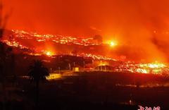 西班牙拉帕尔马岛火山持续喷发 熔岩摧毁大片土地