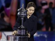 GIF|李娜现身澳网决赛手持奖杯 网友:梦回2014