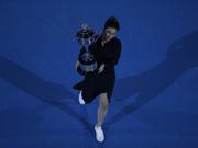 新浪直击澳网李娜手持冠军奖杯