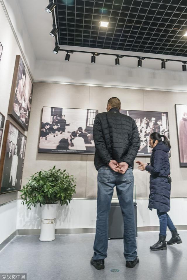 2018年1月24日,江苏淮安,篮球明星参观总理纪念馆。 巴特尔