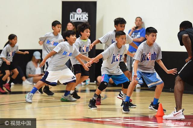小乔丹带着他的队友们参加活动,现场指导小球员们的篮球动作,并为小朋友们签名。