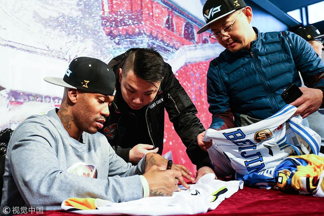 2月12日,北京,马布里退役后首次举办球迷见面会。北京球迷依然非常热情,来支持这位当年的北京英雄。