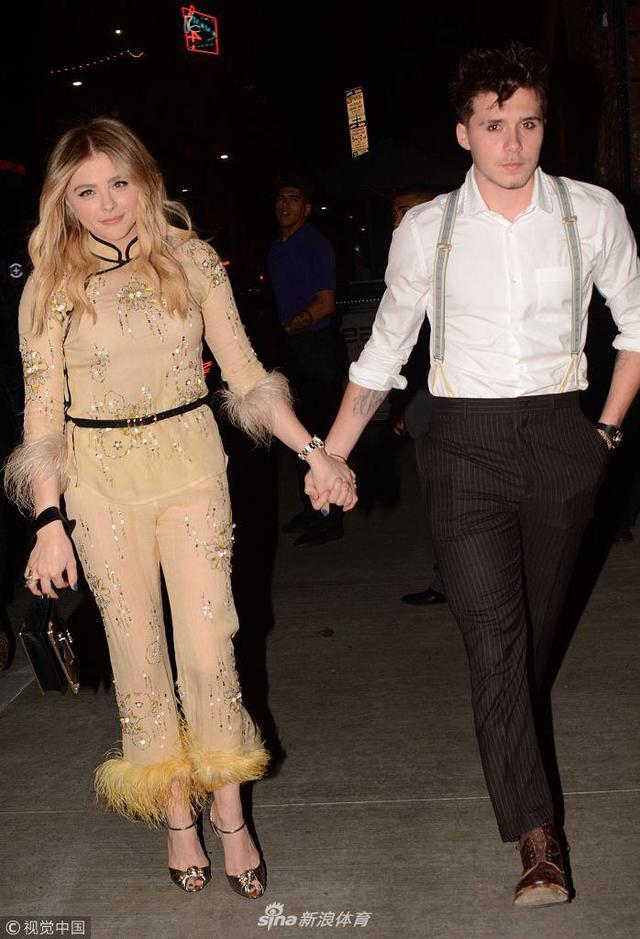 近日,好莱坞女星科洛-莫瑞兹与男友布鲁克林-贝克汉姆提前庆祝21岁生日,两人十指相扣现身街头,布鲁克林化烟熏妆亮相,眼睛不离女友十分甜蜜。
