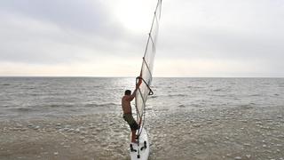 俄帆船手挑戰冰封水庫
