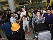 孙杨结束游泳世锦赛征程回国 杭州粉丝疯狂接机