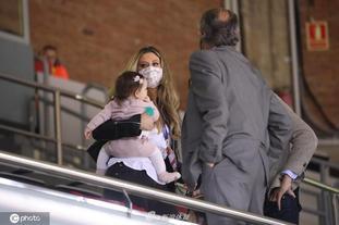 保罗加索尔妻子抱女儿场边观战
