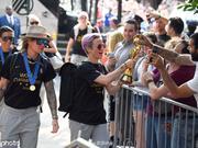 美国女足载誉回国 向民众展示世界杯奖杯