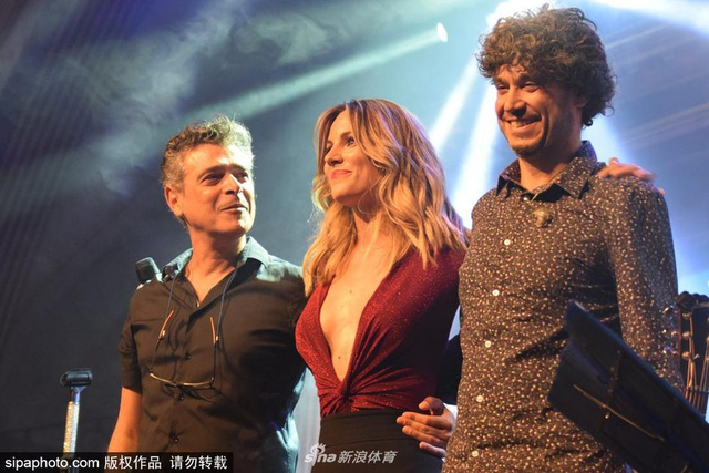 当地时间2018年9月26日,西班牙马德里,德赫亚女友Edurne开演唱会,上身真空性感爆表。