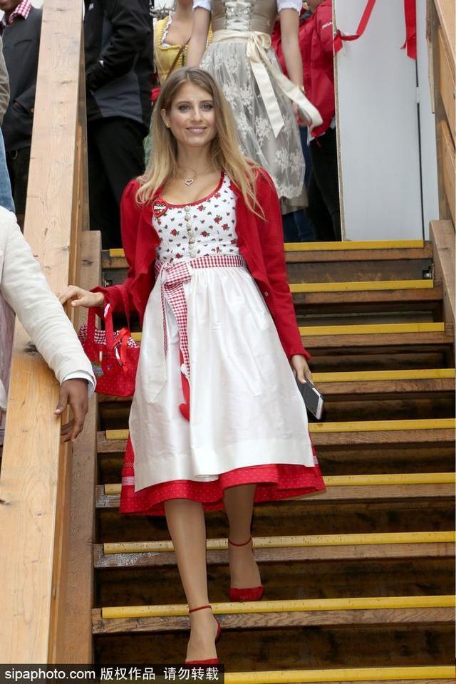 2018年4月2日讯,贤内助!盘点拜仁铁闸胡梅尔斯娇妻生活照。凯西·费舍尔(Cathy Fischer)与胡梅尔斯同龄,两人相恋7年半后,于2015年走入婚姻殿堂。凯西除了赢过拜仁小姐之外,也曾在2013年获得年度德国运动员太太团的冠军头衔。