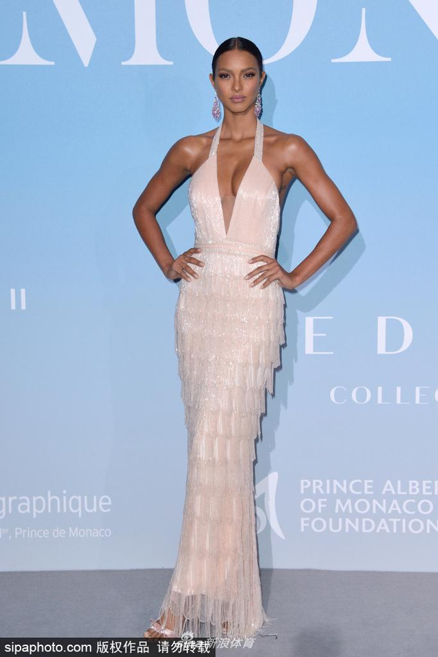 当地时间2018年9月26日,摩纳哥,维密超模莱斯·里贝罗(Lais Ribeiro)穿礼服裙亮相活动,大秀性感曲线美。