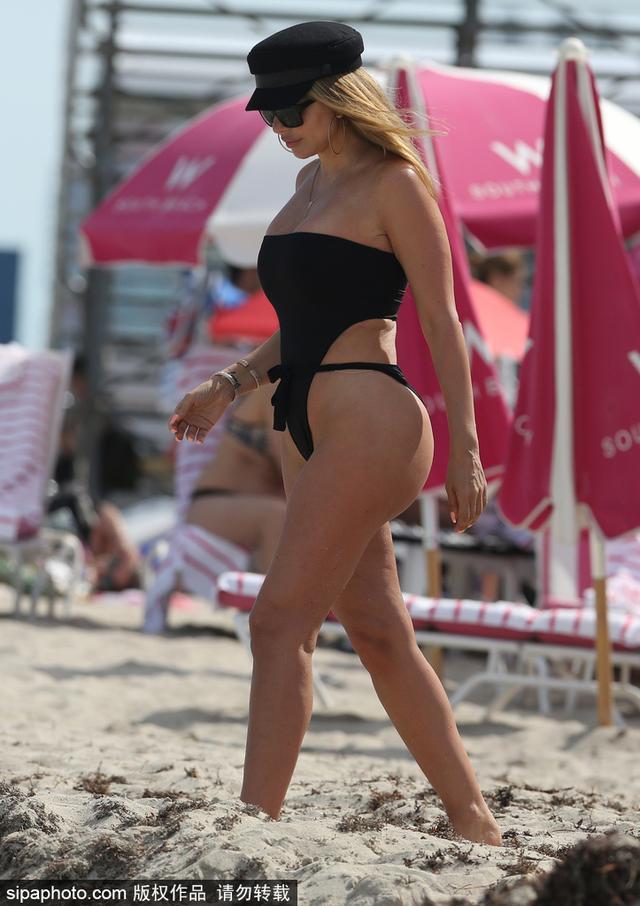 2018年4月1日,美国迈阿密,皮蓬娇妻拉尔萨(Larsa Pippen)现身迈阿密海滩,前凸后翘性感热辣。