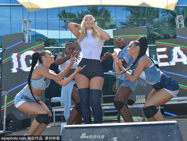 当地时间2017年7月15日,美国迈阿密海滩,尼克杨旧爱伊基-阿塞莉娅(Iggy Azalea)迈阿密献唱,热裤长筒靴尽显丰满身材。
