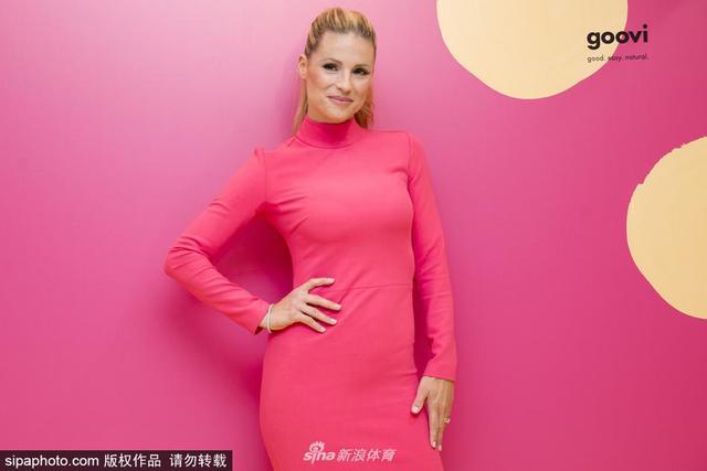 2018年9月29日消息,意大利米兰,超模米歇尔-亨泽尔(Michelle Hunziker)一身粉色裙装出席品牌活动,娇艳诱人。