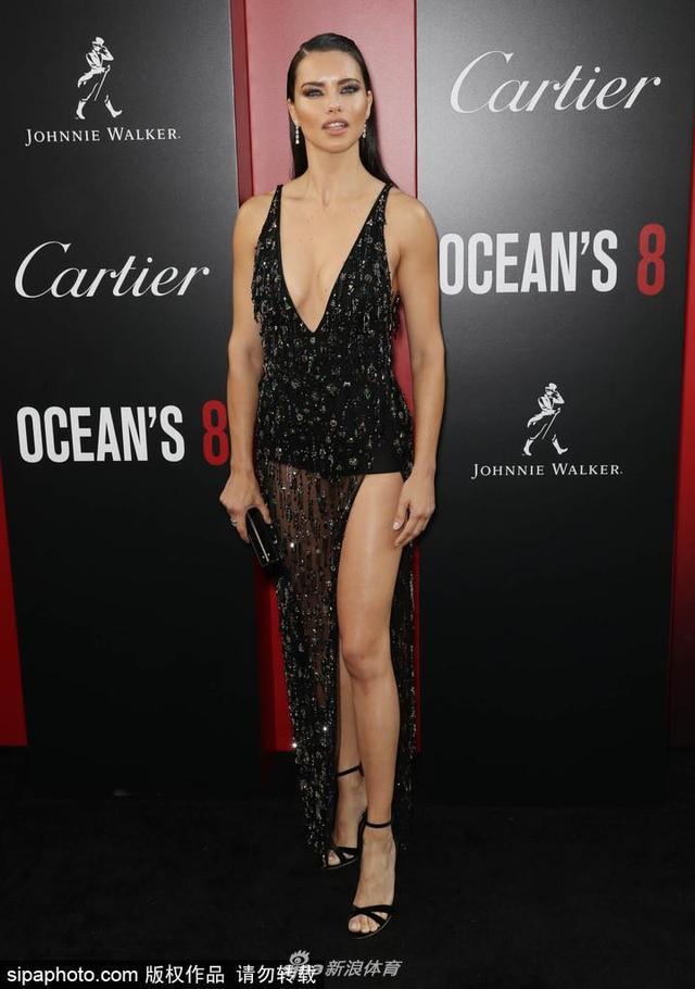 当地时间2018年6月5日,美国纽约,电影《瞒天过海:美人计》(Ocean s 8)首映礼举行。超模阿德里亚娜·利马(Adrianna Lima)黑色透视裙亮相,魅惑力十足。