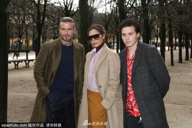 当地时间2018年1月18日,法国巴黎,贝克汉姆夫妇与布鲁克林现身巴黎男装周,一家人高颜值抢镜。