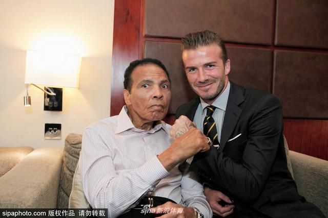 当地时间2012年7月24日,英国伦敦,贝克汉姆出席体育峰会与拳王阿里同框合影。