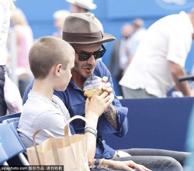 当地时间2017年6月22日,英国伦敦,贝克汉姆带儿子罗密欧现身观战网球赛 。