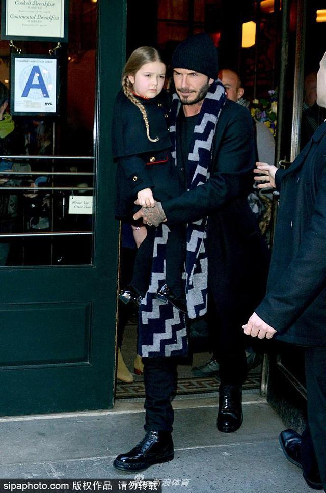 当地时间2016年2月14日,美国纽约,贝克汉姆怀抱女儿哈珀现身纽约街头。