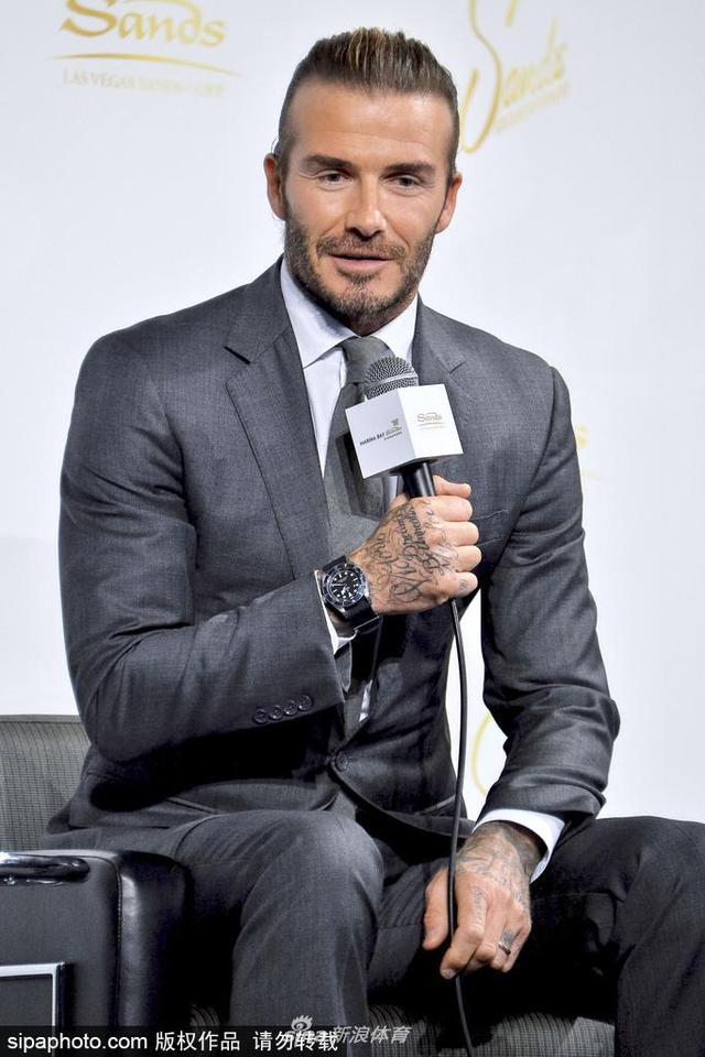 当地时间2017年10月4日,日本东京,贝克汉姆(David Beckham)帅气现身日本出席活动,西装革履笑容迷人。