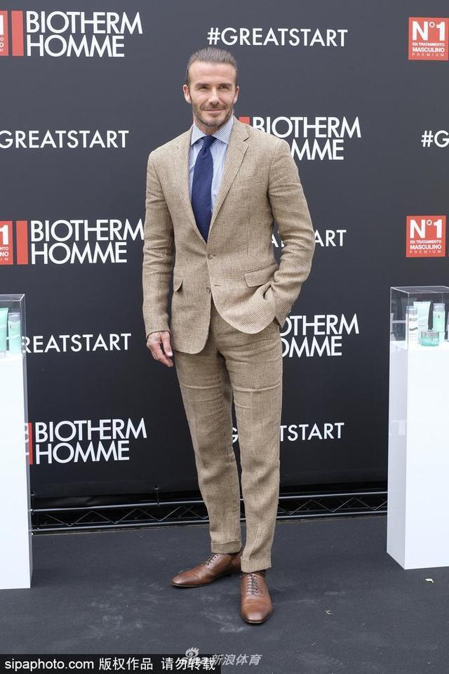 当地时间2017年6月20日,西班牙马德里,贝克汉姆(David Beckham)作为碧欧泉新任品牌大使现身马德里出席活动,梳丸子头帅气依旧展现迷人微笑。