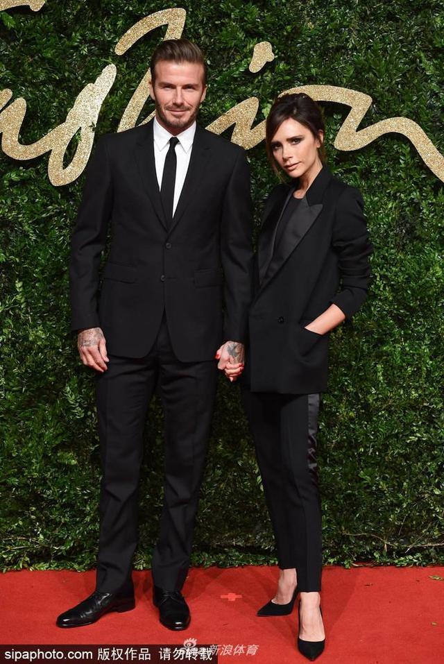 当地时间2015年11月24日,英国伦敦,贝克汉姆与妻子维多利亚出席英国时尚大奖。