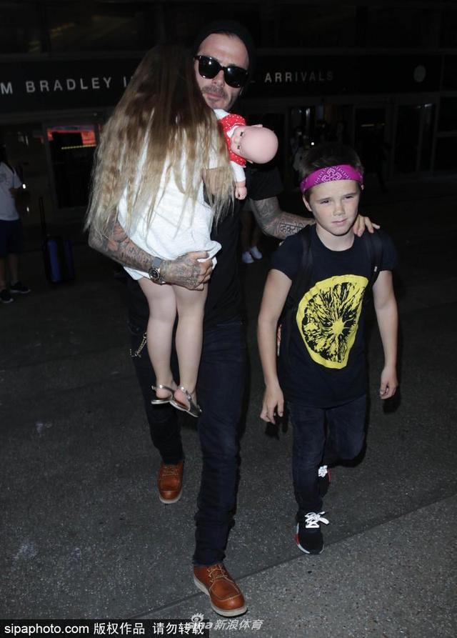 当地时间2016年7月11日,美国洛杉矶,贝克汉姆抱小七,手牵克鲁兹现身洛杉矶机场。