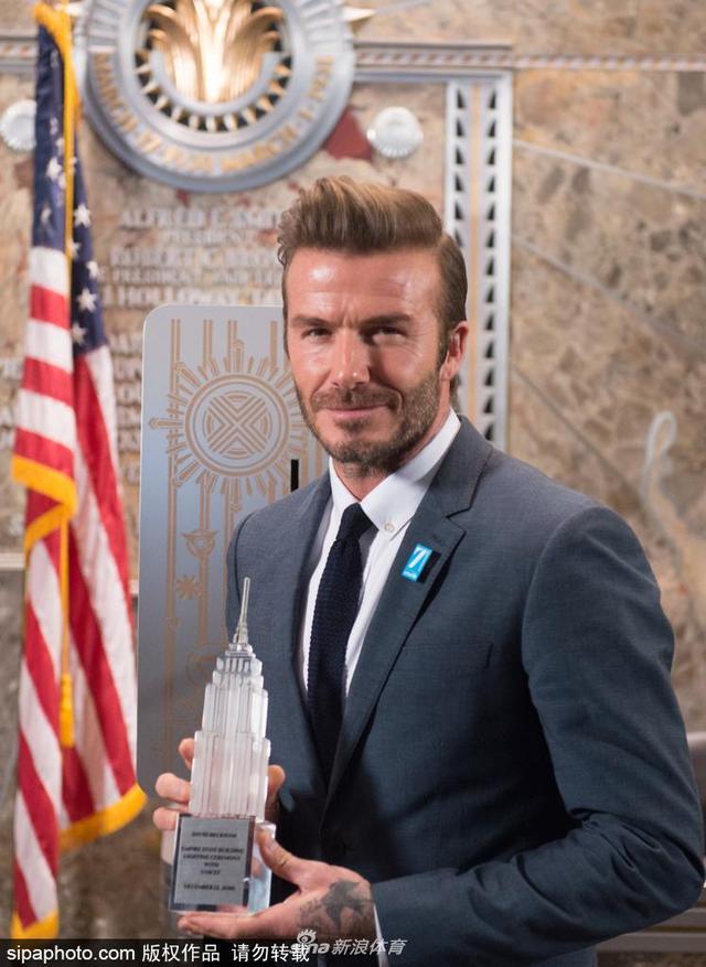 当地时间2016年12月13日,美国纽约,贝克汉姆(David Beckham)正装现身纽约帝国大厦。